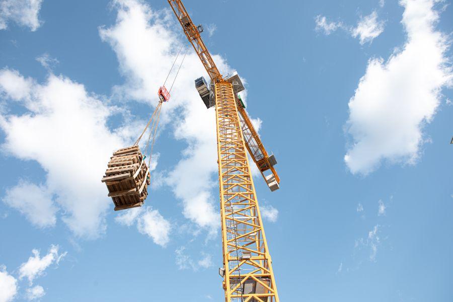 Kran im Einsatz bei einem Neubauprojekt von Ioannis Moraitis